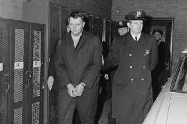 Polícia odvádza Zantzigera, ktorého zakrátko urobí Bob Dylan hrdinom svojej pesničky.