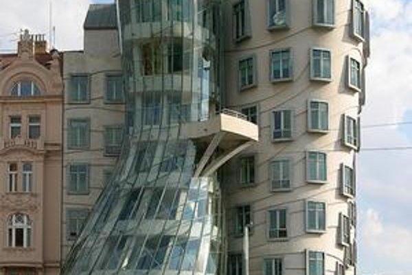 Tancujúci dom na pražskom nábreží.