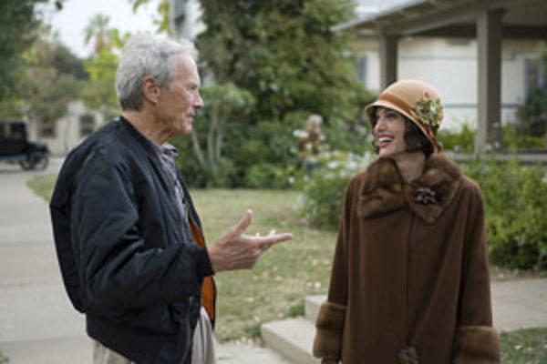 Clint Eastwood má pri sebe Angelinu Jolie, a tak teda nakrúca drámu Výmena.