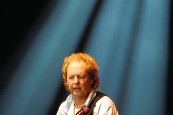 Gitarista Lee Ritenour a kontrabasista Dave Holland – dve osobnosti, ktoré si na Slovensku zahrajú po prvý raz.