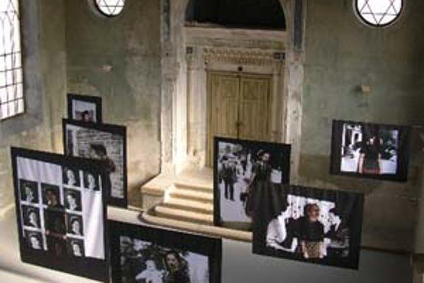 Hybridná pamäť a hra svetla v At Home Gallery.