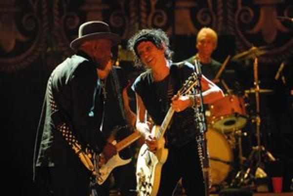 Blues z prvej ruky – Buddy Guy (vľavo) a Keith Richards počas hrania skladby Muddyho Watersa.