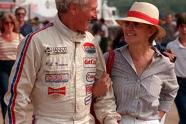 Paul Newman bol vášnivý automobilový pretekár a päťdesiat rokov verný svojej manželke, herečke Joanne Woodwardovej.