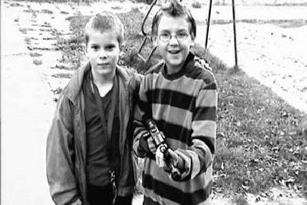 Držať v rukách zbraň a rovno pred kamerou – to je splnený sen bratislavských chlapcov.