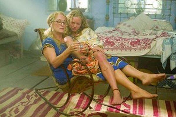 Stále očarujúca Meryl Streepová ako majiteľka penziónu so svojou dcérou súcou na vydaj.