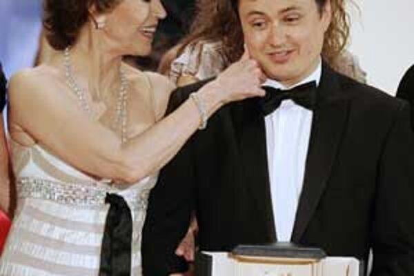 Cristian Mungiu (40) si minulý rok prevzal z rúk Jane Fondovej Zlatú palmu z Cannes. Dostal ju za výborný film 4 mesiace, 3 týždne a 2 dni. Absolvent bukureštskej filmovej školy tvrdí, že technika sa dá naučiť ľahko, to najdôležitejšie treba hľadať mimo š