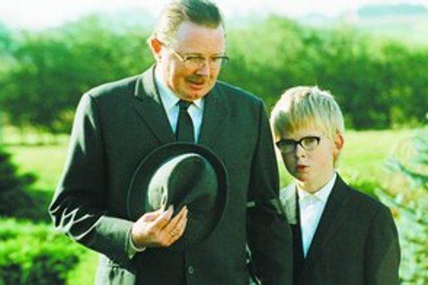 Malý Allan chce pre otca to najlepšie.