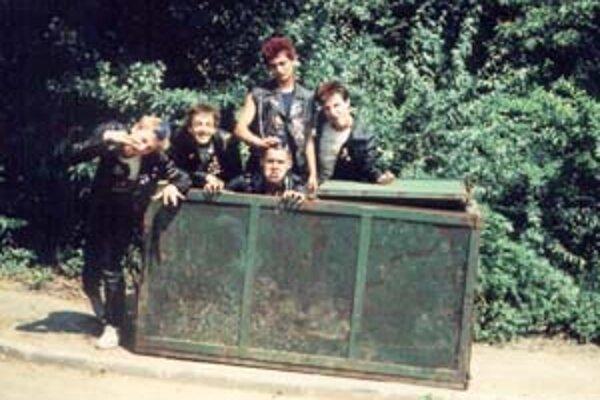 Eštebáci označovali punkerov za závadovú mládež.