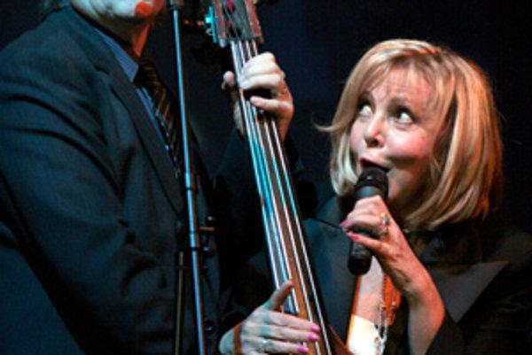 Karel Vágner a Hana Zagorová spievajú na Vianočnom koncerte s Amforou, ktorý sa uskutočnil 6. decembra v Športovej hale na Pasienkoch. Bratislava, 6. december 2006.