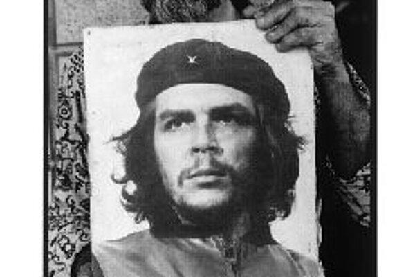Mario Diaz: Korda so svojím portrétom Che Guevaru. Kuba 1990.
