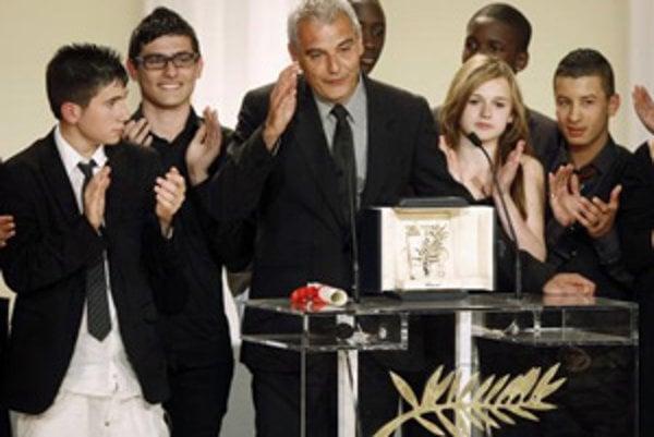 Francúzsky režisér Laurent Cantet so študentami pózuje s hlavným ocenením fetivalu v Cannes Palme d'Or za film Entre les Murs.