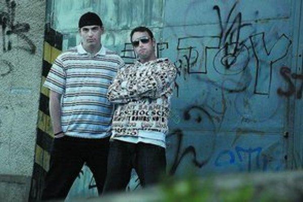 Doteraz neznáme pezinské hip–hopové duo Stopa sa so svojou skladbou s názvom Nepatrí do mesta zaradilo do skromných dejín slovenského protestsongu.