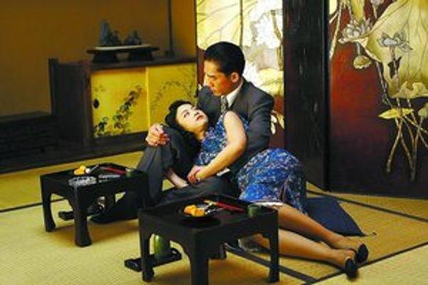 Tony Leung a Tang Wei vo filme Anga Leeho.