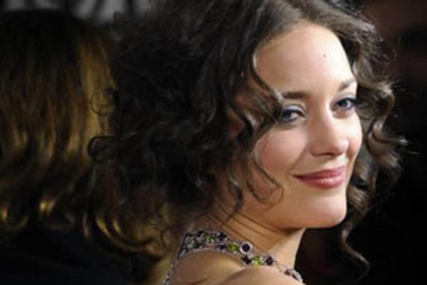 Francúzska herečka Marion Cotillard získala Oscara za stvárnenie známej šansonierky v snímke Edith Piaf (2007) a za rovnakú úlohu dostala v sobotu aj cenu Český lev.