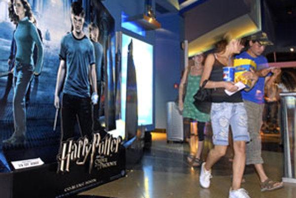 Najviac divákov prišlo do kinosál na letné trháky Harry Potter a Fénixov rád, Shrek Tretí a Simpsonovci vo filme, ktoré spolu pritiahli 560 tisíc ľudí.