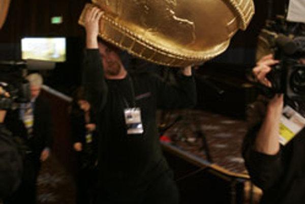 Kulisár prenáša časť obrovského Zlatého Glóbusu v rámci príprav 65. ročníka odovzdávania filmových a televíznych ocenení v hoteli Beverly Hilton v Beverly Hills (Kalifornia).