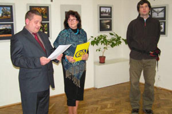 (Zľava) Siska Tamás, riaditeľ Osvetového strediska v Sátoraljújhely, riaditeľka KOS v Košiciach PhDr. Eleonóra Kovalčíková a autor Marcell Szoboszlay počas vernisáže, 12. decembra 2007.