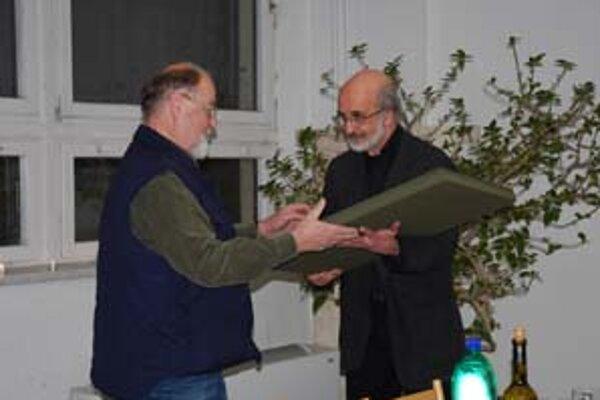 Eduard Ovčáček (vľavo) preberá z rúka Mariána Meška cenu Christmas.