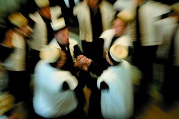 Dervišovia na snímke Kosovčana Ermala Metu, zo súboru Tradície.