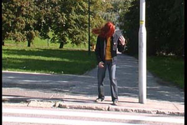 Záber z videa v inštalácii Izba nevidiaceho metalistu.