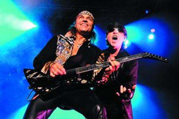 Nezameniteľný hlas skupiny Scorpions Klaus Meine s gitaristom Matthiasom Jabsom.