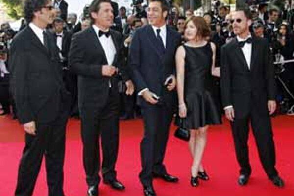 Po červenom koberci v Cannes prešli bratia Coenovci Joel (prvý zľava ) a Ethan (prvý sprava), ako aj kontroverzný filmár Michale Moore (dole).