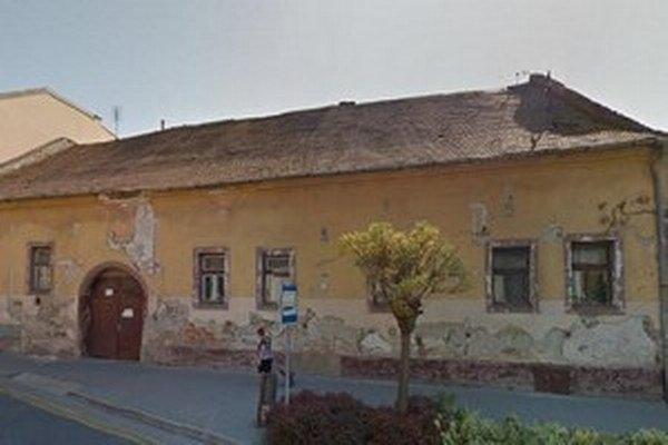 Na budove sa postupne rekonštruuje strecha.
