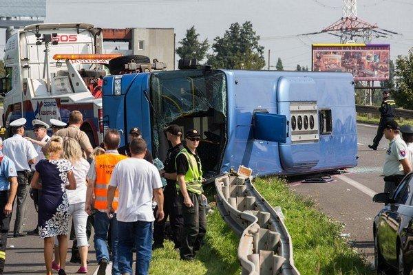 Prevrátený autobus.