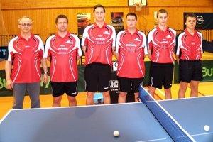 Zľava: predseda klubu Pavel Alexy, tréner Vlado Poliaček a hráči - Krkoška, Lelkeš, Ježo a Sklenár.