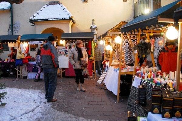 Vianočné trhy na nádvorí Malokarpatského osvetového strediska v Modre.