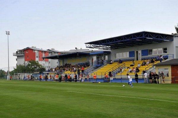 V Dunajskej Lužnej otvorili obnovený futbalový štadión. Dielo ešte dokončia, zatiaľ stálo pol milióna eur.