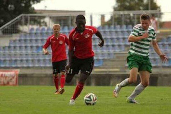 Kľúčovým hráčom seneckých futbalistov v súboji s Novým Mestom nad Váhom bol rodák zo Stredoafrickej republiky Jésus Konnsibal. Dal tri góly, domáci vyhrali 4:0.