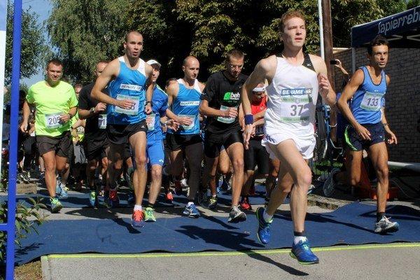 Víťaz hlavnej kategórie mužov Alexnader Jablokov (v bielom) a po jeho pravici René Valent (v modrom), najrýchlejší medzi profesionálmi.