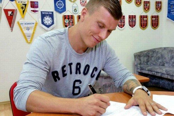 Tomáš Majtán pri podpise zmluvy.