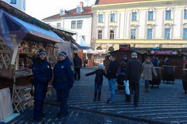 Mestskí policajti už vo zvýšenej miere hliadkujú v centre mesta. Väčšinu priestupkov majú riešiť dohovorom.