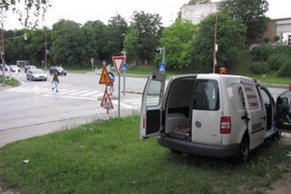 Prechod pre chodcov na Starohájskej. Chodci majú zelenú rovnako ako vozidlá z Hlbokej.