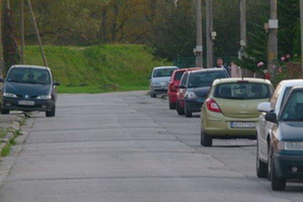 Pltnícka ulica. Niekde v týchto miestach policajná hliadka strieľaľa, prvých šesť rán do vzduchu, ďalšie, už mimo ulice, mierili do zadnej časti auta.