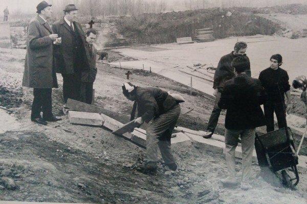 Fotografia zo 70. rokov zachytáva premenu rybníka na kúpalisko.