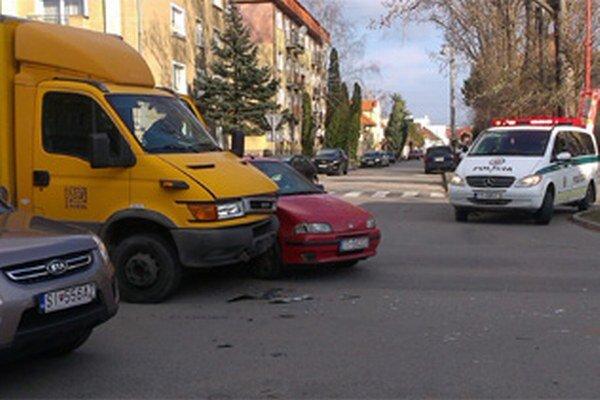 Mladík na fiate nedal prednosť poštovému autu.