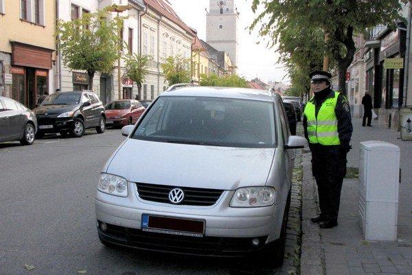 Kontrolu parkovacích lístkov v centre mesta má na starosti sedem príslušníčok mestskej polície.