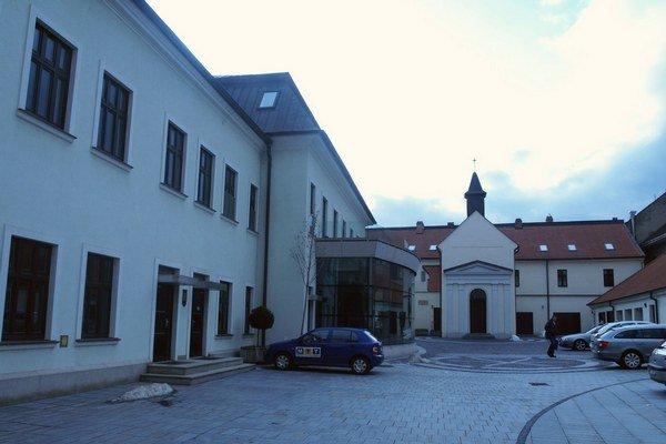 Mestská televízia sídli v budove radnice.