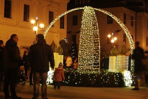 Novinkou vianočných trhov je adventný veniec umiestnený pri radnici.