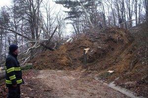 Zhruba 800 metrov kubických pôdy so stromami sa v utorok 7. januára 2014 zosunulo na prístupovú cestu na Červenú vežu nad Piešťanmi. Zosuv pôdy prebiehal v troch fázach a zstavil sa vo večerných hodinách po tom, čo sa uvoľnil veľký kus svahu na pozemku pr