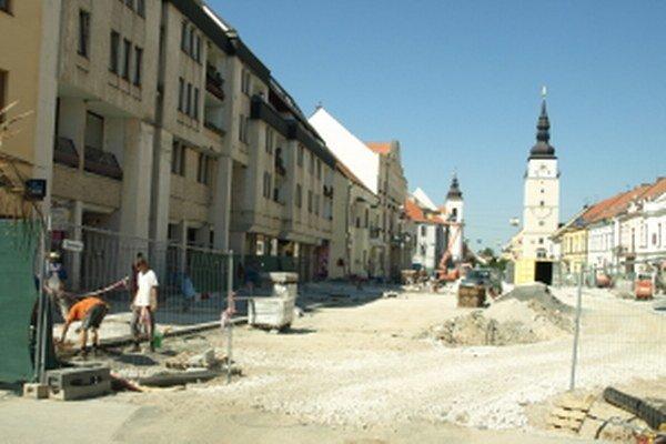 Medzi staveniskom a domami budú musieť prechádzať aj návštevníci jarmoku.