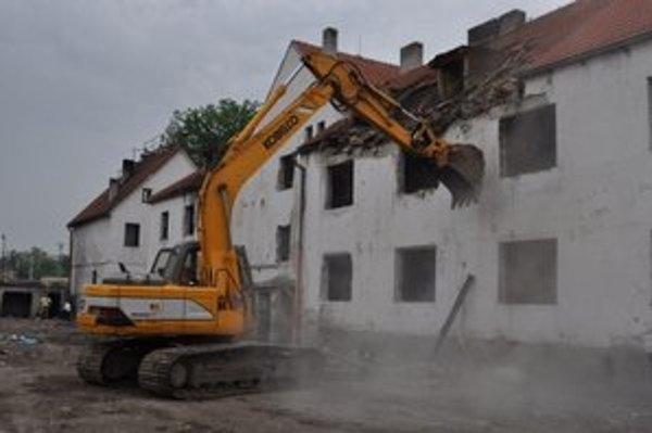 Májové búranie trojpodlažného domu na Coburgovej ulici.