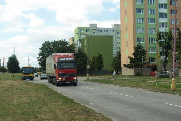 Ľudia žijúci v tesnej blízkosti cesty sa sťažujú na enormný nárast kamiónov pred ich činžiakmi.