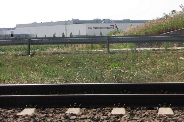 Zamestnanci PSA na bicykloch riskujú. Väčšinou chodia cez koľajisko trate Trnava- Košice.
