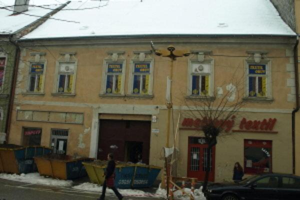 Dom na Štefánikovej ulici 4 idú rekonštruovať, nedá sa prejsť po chodníku, ani parkovať.