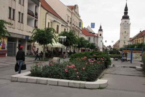 Hlavná ulica- pešia zóna v Trnave.