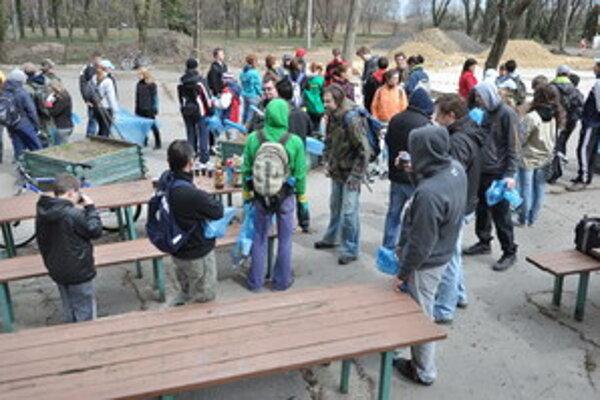 Akcia v Kamenáči prilákala veľa dobrovoľníkov.